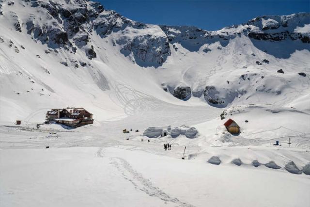 Winterabenteuer in Rumänien - Eishotel-Übernachtung und Schneeschuhwandern in den Karpaten