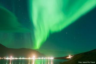 Winter in Island, atemberaubende Polarlichter, Eiskaskaden & heiße Quellen