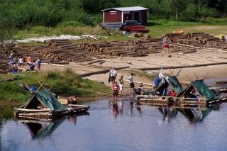 Eltern-Kind-Reise in Schweden, unterwegs in Värmland mit Floß und Kanu
